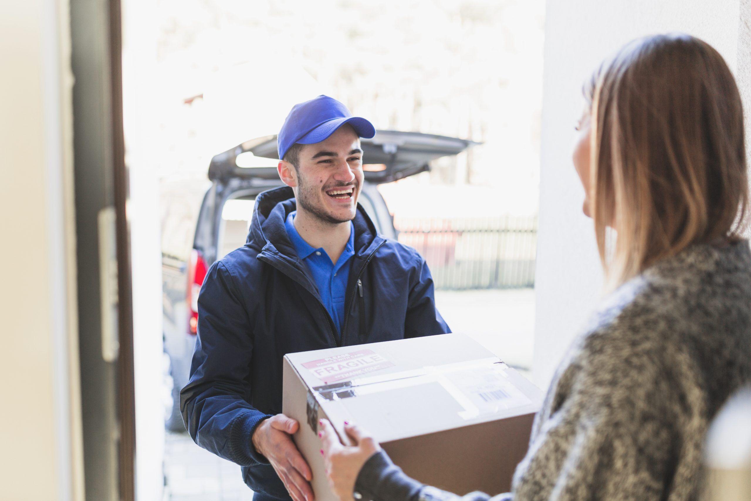 recibiendo paquete envío y recogida scaled